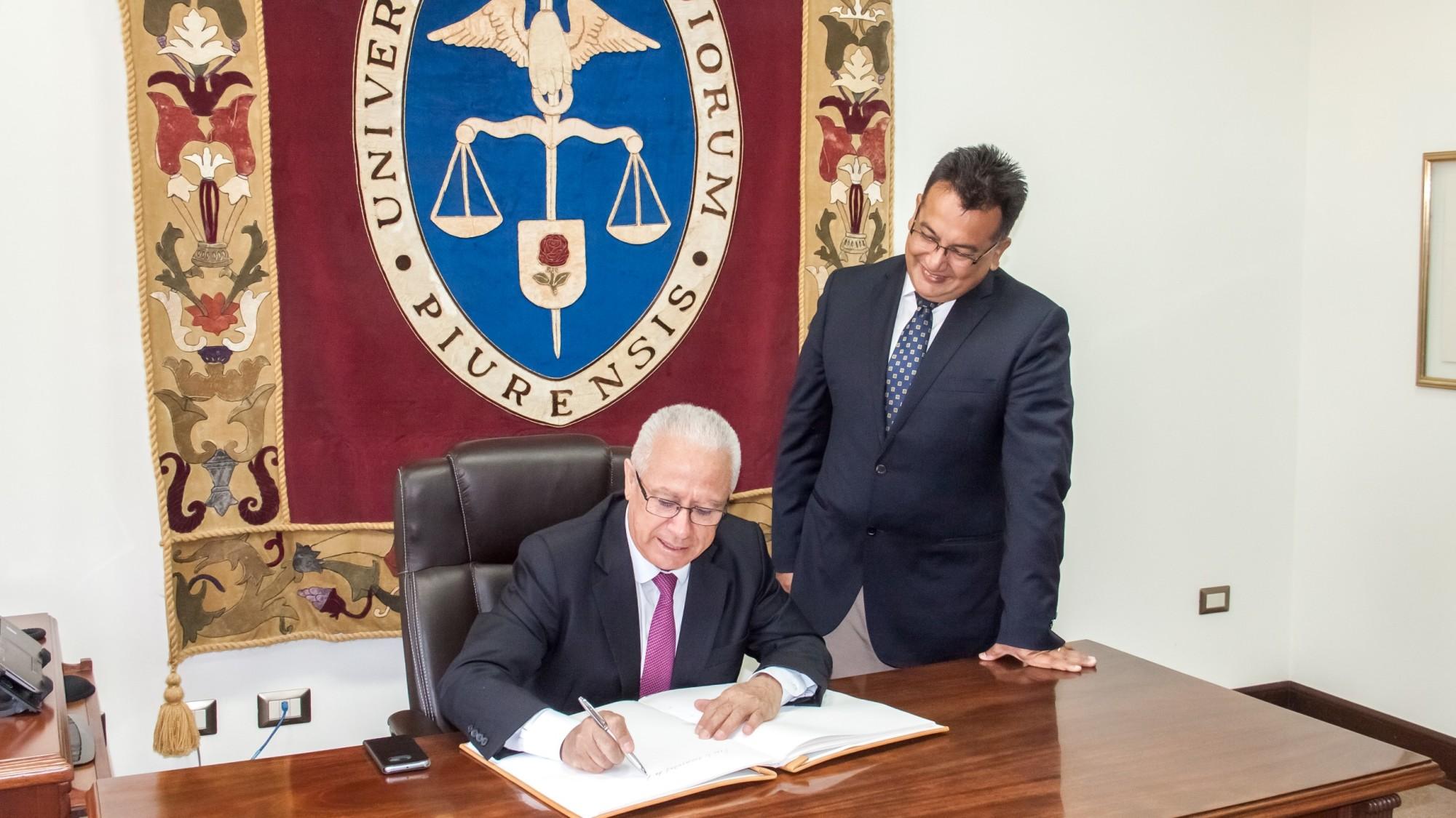 Embajador Vicente Rojas y Rector de la UDEP