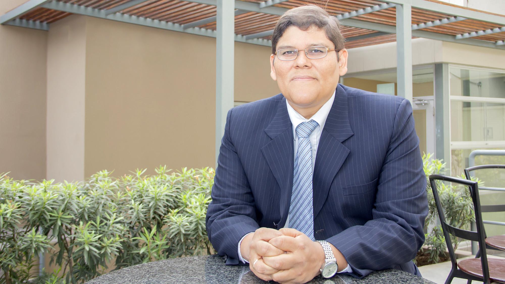 Víctor Velezmoro Montes, decano de la Facultad de Humanidades de la UDEP.