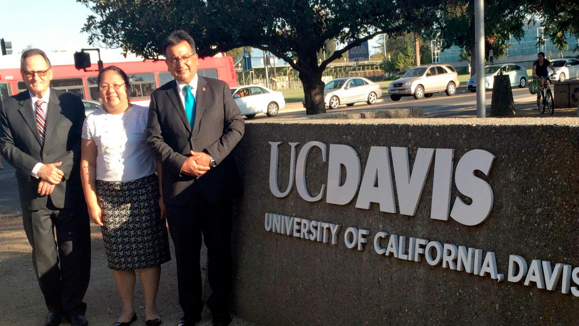 Los doctores Antonio Mabres, Susana Vegas y Sergio Balarezo durante su visita al campus de la UC Davis.