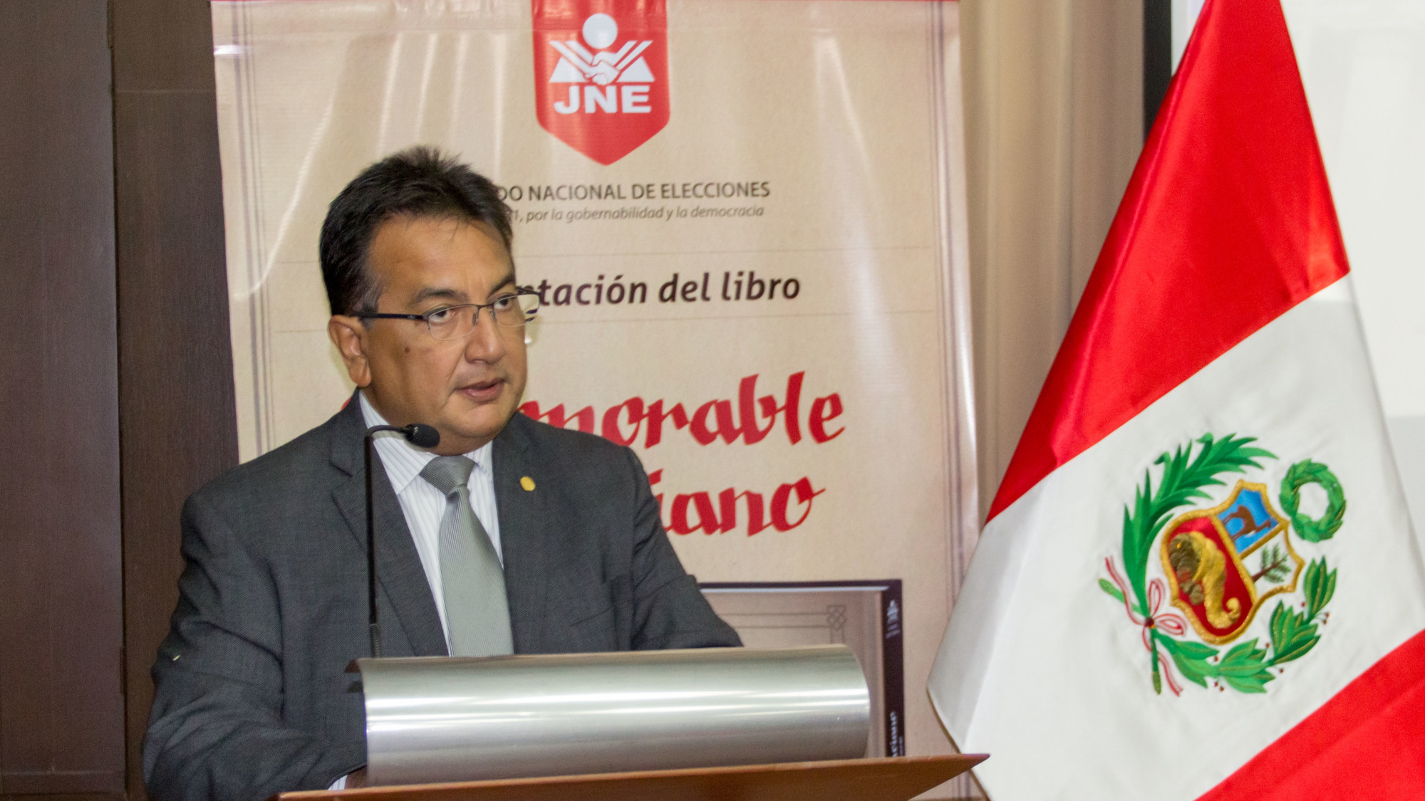 Presidente JNE entrega libros a UDEP
