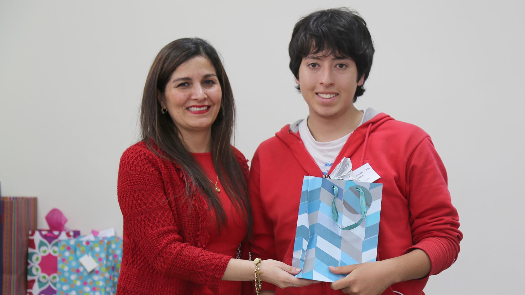 Prof. Carola Tueros junto con XXXXX, ganador del concurso de trivias.