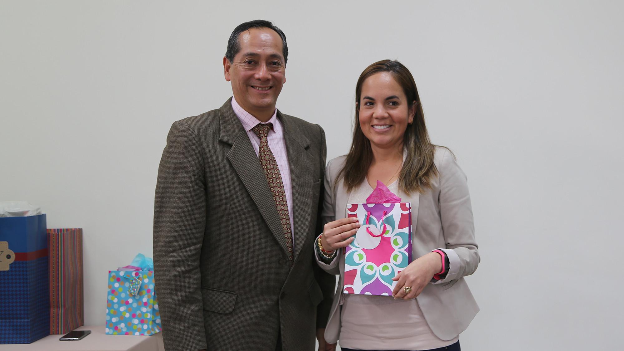 Prof. juan Merino con Pilar Rubio, ganadora del concurso de trivias (personal docente).