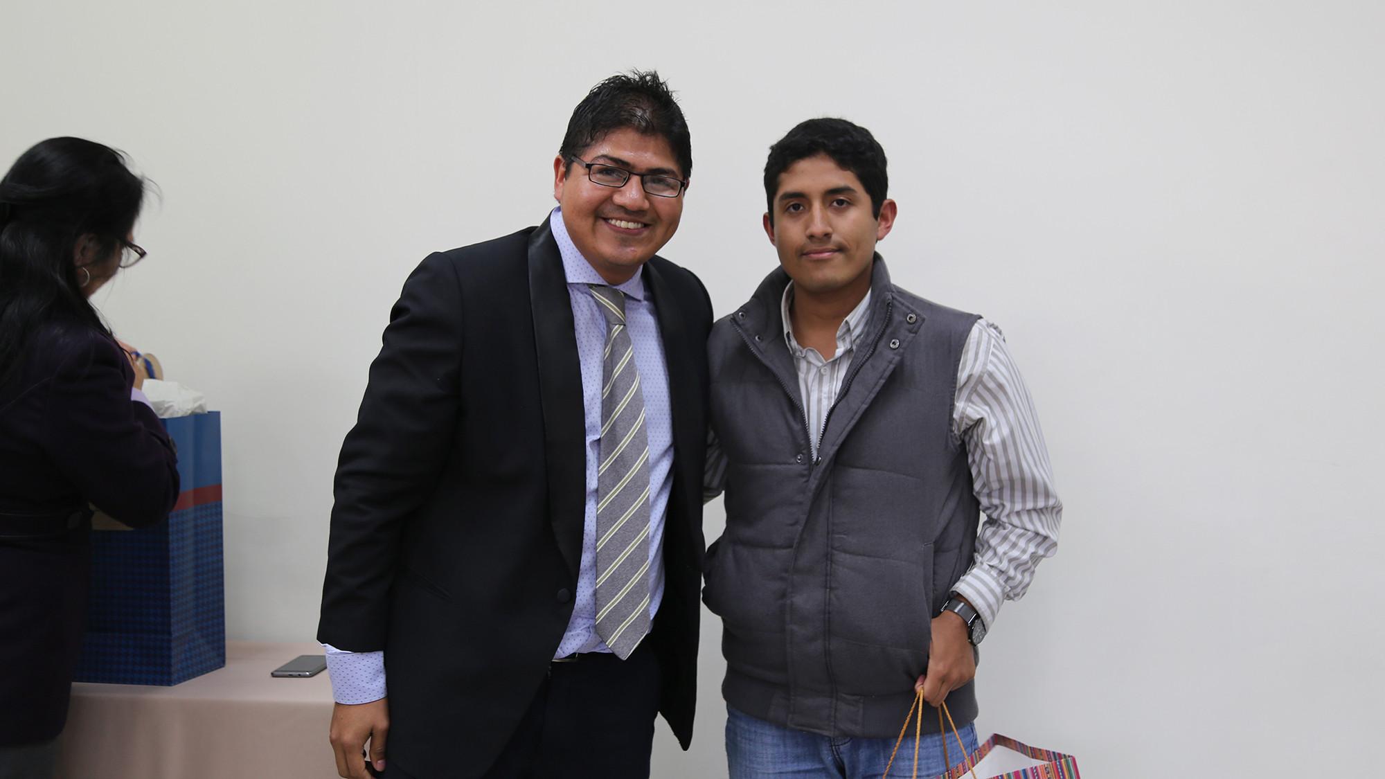 Prof. XXXXXXX, junto al alumno Alejandro Alva, segundo puesto del concurso de cuentos.